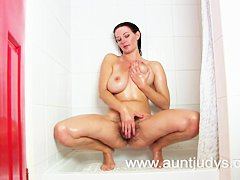 Bubble butt big breasted MILF Vanessa masturbates